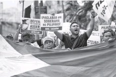 ?? AGENCE FRANCE PRESSE ?? Activists participate on a protest in front of the Chinese Consular office in Manila to mark the second anniversary of a UN-backed tribunal ruling in July 2016 saying there was no basis for China's claims to most of the South China Sea.