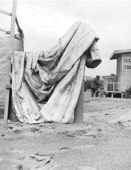??  ?? Josefina Demaría Madero de Ayerza, madre de su hijo Fabián. Enero 1961. Casa tapiada de Bernardstrasse, convertida originalmente en un tramo del Muro de Berlín. Tomada durante el viaje de 1964. Desmantelando las carpas de la playa. Silvina verá allí...