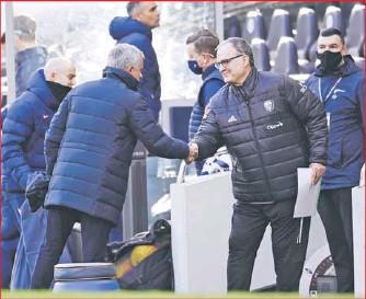 """??  ?? Bielsa saluda a José Mourinho, la verdadera """"Bestia Negra"""" del rosarino."""