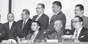 ?? — Gambar Bernama ?? TANDATANGAN MOU: Ismail Sabri (tengah) menyaksikan majlis menandatangani MoU oleh 25 Anak-Anak Syarikat Milik Agensi di Bawah KKLW di Kuala Lumpur semalam.