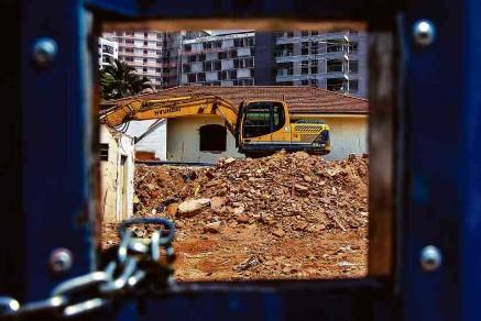 ?? Zanone Fraissat/Folhapress ?? Terreno com casas demolidas na rua João Moura, em São Paulo