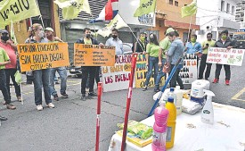 ??  ?? Los docentes de Otep SN protestaron ayer frente al MEC exigiendo garantías de un retorno seguro a las aulas.