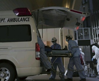 ?? The Yomiuri Shimbun ?? A COVID-19 patient whose condition worsened is transported from an accommodation facility to a hospital in Osaka on April 26.