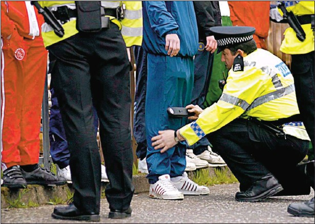 ?? Picture: Kieran Dodds ?? BLADE CULTURE: Police question and search youths with metal detectors in the Penilee area of Glasgow during a crackdown on gang violence.