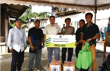 ??  ?? Augustine (third left) hands over the donation to TR Usek Serpong (third right).