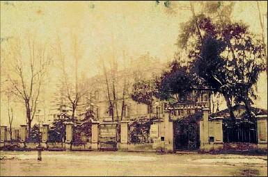 ??  ?? La que fue casa Manuel Gibert exhibe en su fachada los anuncios del programa teatral