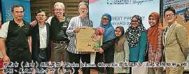 ??  ?? 鄭秉吉(左四)頒發獎品予Bu2u Jalanan ChowKit學生團隊。左起是陳勁彬0鄭黎明0莫文翔及佘金葉(右一)。