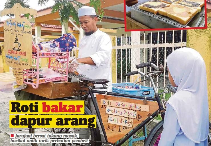 Mohd Rizal Menjual Roti Bakar Menggunakan Basikal Antik Di Hadapan Sk Sena 3 Seremban
