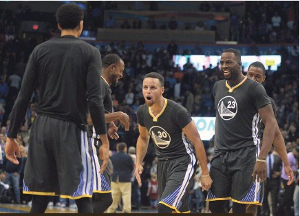 ?? MARK D. SMITH, USA TODAY SPORTS ?? Stephen Curry, center, and teammates celebrate his long-range game-winner Saturday.