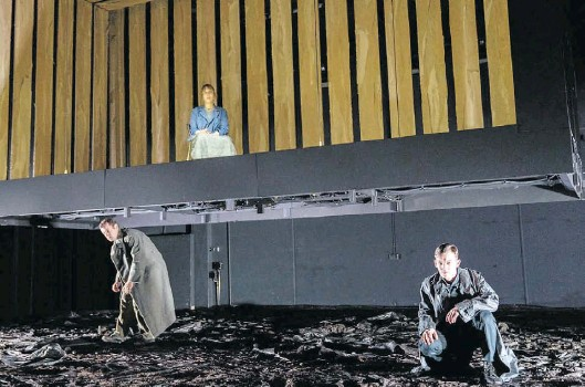 ?? BILD: Stephan Walzl ?? Auf der Suche nach dem Fuchs: Klaas Schramm (von links), Meret Engelhardt und Manuel Thielen