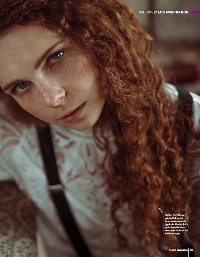 ??  ?? In ihren Porträtfotos spielen Kleider und Accessoires eine wichtige Rolle. Hier hat Fotografin Anne Hoffmann einen alten Stuhl mit ins Bild einbezogen.