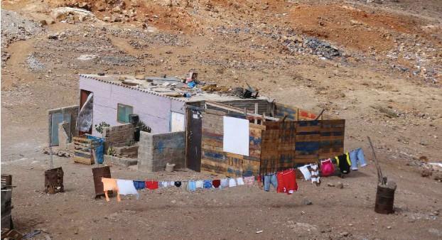 ?? Foto: René Jo. Laglstorfer ?? Kein Fünf-Sterne-Hotel: Rund um die Hauptstädte der Kapverdischen Inseln haben sich Barackensiedlungen gebildet, die stetig anwachsen