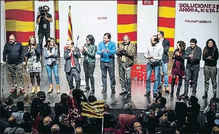?? LLIBERT TEIXIDÓ ?? Miquel Iceta, entre varios dirigentes del PSC y el presidente extremeño, ayer en Sant Andreu de la Barca
