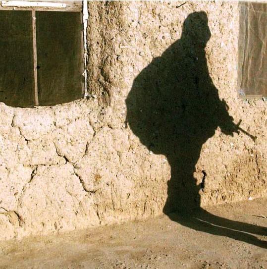?? © getty images ?? Een Afghaans kind kijkt toe hoe een Amerikaanse soldaat passeert tijdens operatie Alamo Sweep in 2002. 'Als we hadden geluisterd naar de Afghanen, hadden de Amerikanen misschien beseft dat ze Afghanistan niet door het vizier van een geweer moesten bekijken.'