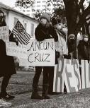 ?? Marie D. De Jesús / Staff photographer ?? Demonstrators stand in front of U.S. Sen. Ted Cruz's home last week, demanding his resignation over his trip to Cancun during the freeze.
