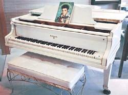 ??  ?? Icónico. El piano blanco de Elvis sale a subasta por Internet.