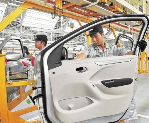 ??  ?? Le groupe chinois Dongfeng est devenu le premier actionnaire de PSA. Ci-dessus, l'usine d'assemblage de Wuhan. Selon une étude de Business France pour 2017, la seconde puissance économique du monde ne représente encore que 5 % des projets...