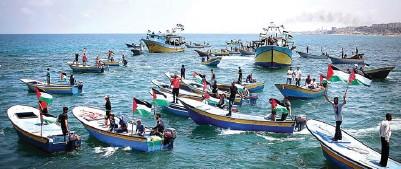 ?? MOHAMMED SALEM/ REUTERS ?? BERJUANG DI LAUT: Perahu-perahu yang membawa warga Gaza menembus blokade israel. Sayang, perjuangan mereka gagal.