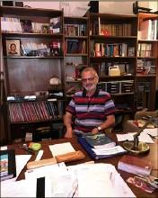 ??  ?? Le père Guy Largillière, à son bureau dans le presbytère à Cannes. (Photo R. K.)