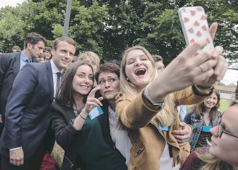 ??  ?? Studentesse dell'istituto agrario Vaseix a Verneuil-sur-Vienne, vicino a Limoges, impazzite per un selfie con il giovane presidente Macron