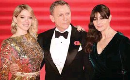 ??  ?? Craig with two of his Bond girls from Spectre – (far left) Seydoux and Monica Bellucci.