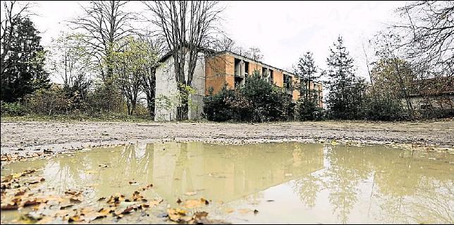 ?? Foto: Michael Gründel ?? Der Rohbau am Rubbenbruchsee steht zu einem symbolischen Preis zum Verkauf.