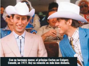 ??  ?? Con su hermano mayor, el príncipe Carlos en Calgary, Canadá, en 1977. Hoy su relación es más bien distante.
