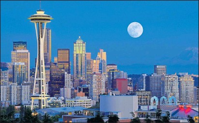 ??  ?? A full moon rises over the Seattle skyline dominated by the spectacular Space Needle