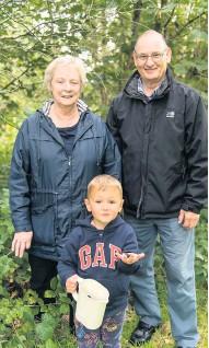 ??  ?? Old fruit Grandpa Chris Fyfe and Gran Sandra Fyfe help little Arthur Craig from Ochiltree