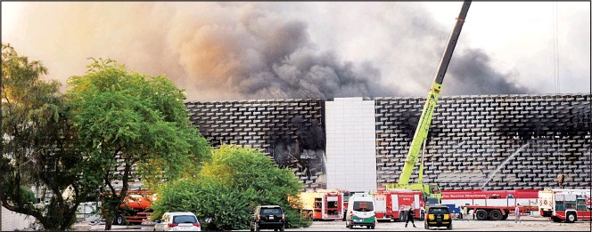 ?? Photo by Mohammad Morsi ?? Dense smoke emanates from the site of fire at the Al-Sabah Health Area.