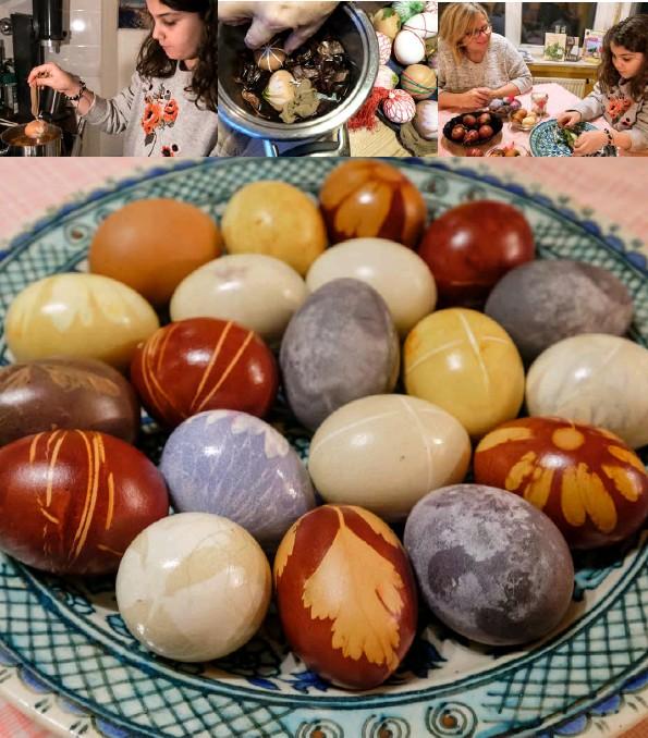 ??  ?? Sieht nicht schön aus, macht aber schön: Die Eier wandern in einen Sud... ...aus Zwiebelschalen. Nach 15–20 Minuten holen wir sie vorsichtig wieder heraus Überraschungseier! Erst beim Auspacken zeigen sie Farbe und Muster