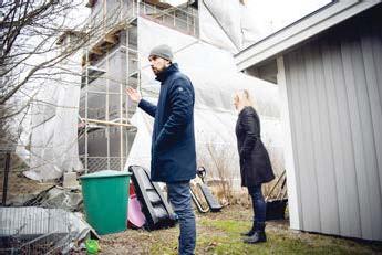 ?? FOTO: MIKAEL ANDERSSON ?? BYGGS. Ett av de två planerade parhusen har redan börjat byggas. Grannarna Daniel Groth och Helene Pyyny tycker att det blir för högt och för många hushåll på gatan.
