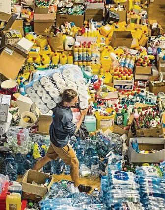 """?? FOTO MAFRA – MICHAL TUREK ?? Dobrovolníci v improvizovaném distribučním centru v Domě Kultury v Hodoníně připravují pomoc pro tornádem postižené lokality. Uvnitř je i """"komnata nejvyšší potřeby""""se vším, po čem je zrovna poptávka."""