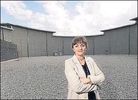 ?? GEMMA MIRALDA ?? La directora. La física Caterina Biscari dirige Alba desde que arrancó, en el 2012. En la imagen posa en el patio interior del colosal edificio donde se ubica el sincrotrón, una caracola de 140 metros de diámetro