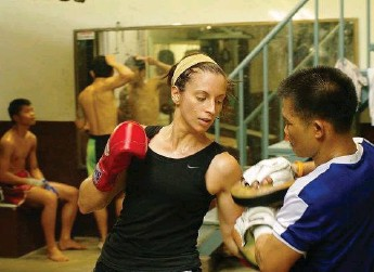 ?? COURTESY LAURA DAL FARRA ?? Dal Farra works with famed Thai boxer Ngaoprajan Chuwattana at the Chuwattana Gym in Bangkok in 2009.