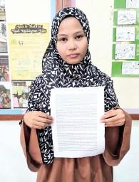 ??  ?? Siti Nafirah holds her written statement yesterday.