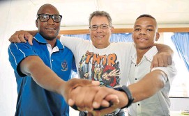 ?? PHOTOGRAPH: EUGENE COETZEE ?? PUSHING BOUNDARIES: Livingstone Hospital kidney patients Mpumelelo Damane, left, and Dean Arnolds, right, are heading to the world transplant games in Spain. With them is Peter Moore, who recently competed in the River Mile