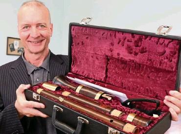 ?? FOTO: CHRISTIANE WEBER ?? Gernot M. Grohs, Direktor der Weimarer Musikschule Johann Nepomuk Hummel, dankt dem anonymen Spender der Bassblockflöte von ganzem Herzen.