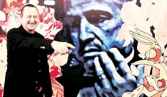 ?? O mně poprvé řekl Marek Dalík. Nyní na pět let pravomocně odsouzený člověk, říká Tomáš Hrdlička. Do kanceláře v pražském paláci Meteor si ale umístil obraz od Pasty Onera, na němž je herec Marlon Brando – představitel Dona Vita Corleoneho ve filmu Kmotr.  ?? Že jsem kmotr,