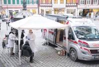 ?? FOTO: IMAGO IMAGES ?? Das Arztmobil ist im Landkreis Tübingen unterwegs und bietet kostenlose Corona-Tests an.