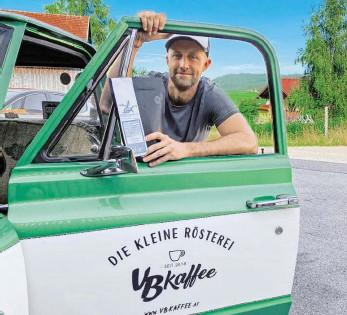 ?? BILD: SN/SUSANNA BERGER ?? Seit drei Jahren versorgt Matthias Rinderer seine Kunden mit seinem VB-Kaffee. Ausgefahren wird in einem alten Chevy, Baujahr 1970.