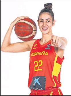 ??  ?? María Conde posa con la equipación de la Selección española.
