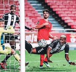 ?? FOTO: TWITTER ?? De esta forma Bryan Róchez convirtió el empate de Nacional en la meta de Benfica que defendía el meta belga-serbio Mile Svilar.