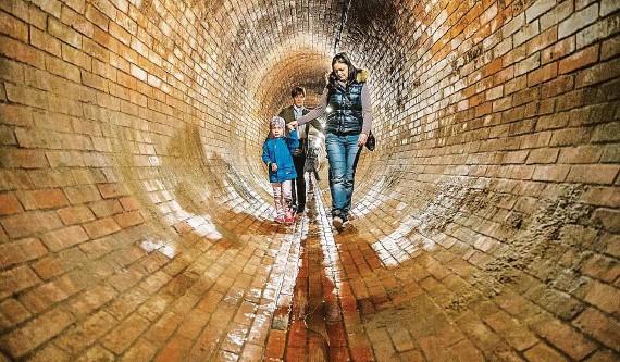 ?? FOTO MAFRA – JAN ZÁTORSKÝ ?? Netradiční prohlídky nabízí v rámci oslav Dne vody i stará čistírna odpadních vod v pražské Bubenči. Návštěvníci se mohou podívat do starých stok či vylézt na komín.