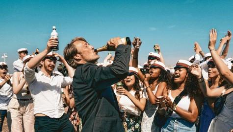 ?? Foto: dpa ?? Hinreißend spielt Mads Mikkelsen einen Lehrer mit Midlife‰crisis, der unter Alkoholeinfluss seine Verletzungen auslebt.