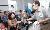 ?? DIKA KAWENGIAN/JAWA POS ?? PENCEGAHAN: Dokter spesialis paru dan perawat RSUA membagikan masker untuk memperingati Hari TB Sedunia kemarin.
