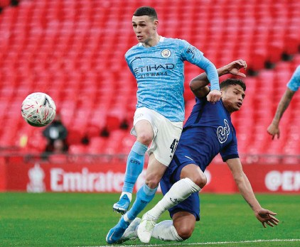 ??  ?? Manchester City's Phil Foden, left, challenges for the ball with Chelsea's Thiago Silva
