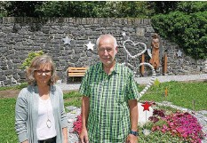 ??  ?? Pfarrerin Mirjam Walser und Alfred Schild, Präsident des Begräbnisbezirkes Meiringen Hasliberg Schattenhalb, freuen sich an der liebevollen Ausgestaltung der Grabstätte.