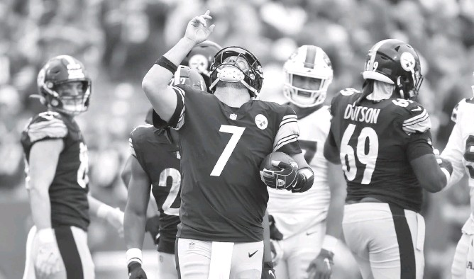 """?? ADRIAN KRAUS/ASSOCIATED PRESS ?? """"I'm proud of the guys because they didn't blink. They stood up in the face of not playing well early,"""" Steelers quarterback Ben Roethlisberger said after his team's comeback win in Buffalo on Sunday."""