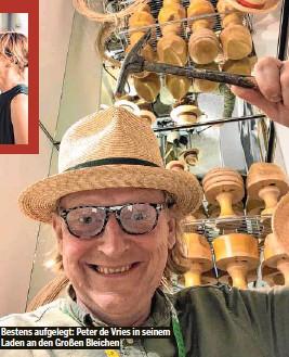 ??  ?? Bestens aufgelegt: Peter de Vries in seinem Laden an den Großen Bleichen